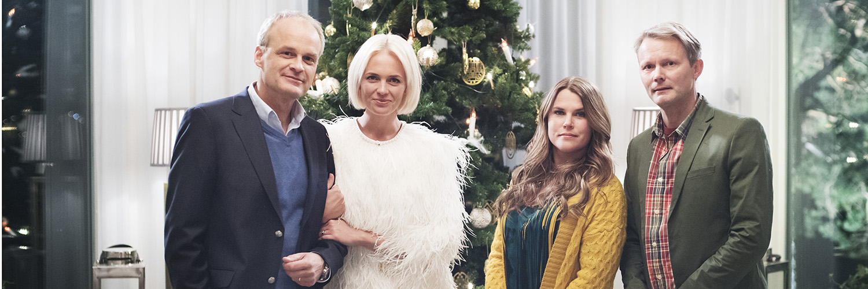 Johan Rheborg, Josephine Bornebusch, Mia Skäringer och Felix Herngren poserar för ett porträtt under inspelningen av Solsidan-filmen den 2 maj 2017 i Saltsjöbaden. Foto: Linnea Rheborg